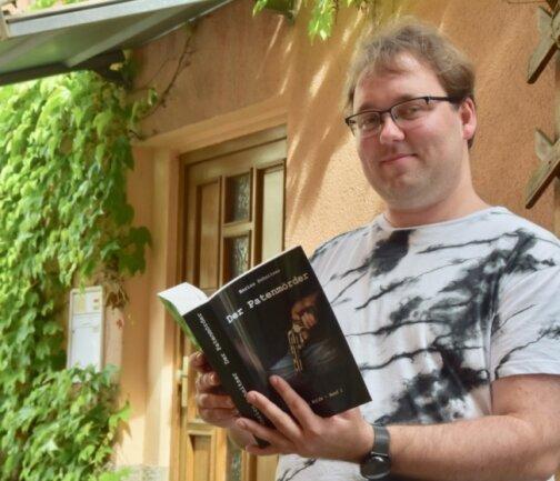 """Enrico Schnitzer mit seinem Erstlingswerk """"Der Patenmörder""""."""
