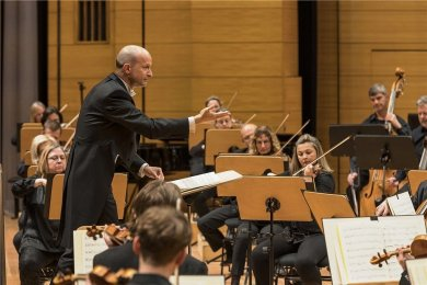 Generalmusikdirektor Guillermo García Calvo, hier bei einem Sinfoniekonzert der Robert-Schumann-Philharmonie in Chemnitz.