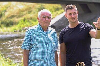 Mit einem Sprung in die Fluten rettete Marc Henschel (rechts) dem Rentner Dieter Buchmann das Leben. Der war mit seinem E-Bike in die Weiße Elster gestürzt. Beide trafen sich jetzt am Unfallort. Zuvor hatte sich Dieter Buchmann schon per Zeitungsanzeige bei seinem Retter bedankt.
