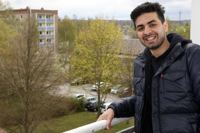 Ehab Ibrahim Ben Husen auf dem Balkon seiner künftigen Wohnung in Glauchau. Der libysche Handballtorhüter hofft beim HC Glauchau/Meerane auf möglichst viel Einsatzzeit in der nächsten Saison.