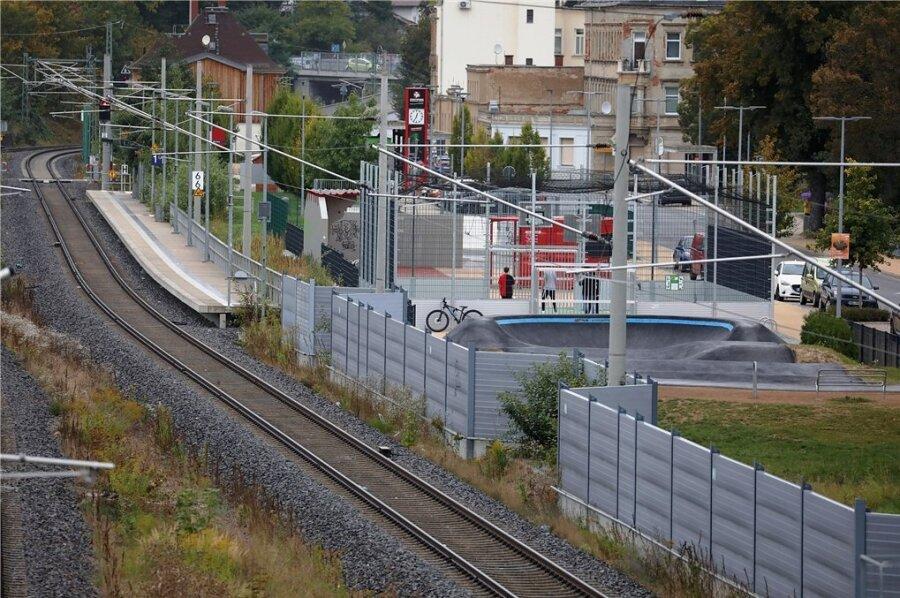 Die Freizeitanlage befindet sich neben der Bahnstrecke, wo Kinder und Jugendliche immer wieder spielen.