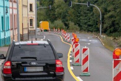 Ein Teilstück der Grünthaler Straße in Olbernhau ist wegen Arbeiten zum Hochwasserschutz im Bereich der Flöha bis Ende November halbseitig gesperrt und daher nur stadteinwärts befahrbar.