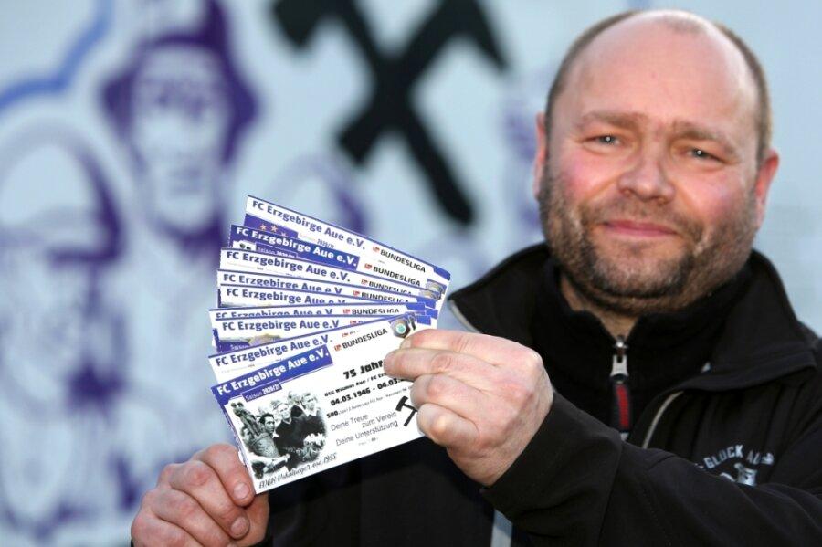 Wie viele Aue-Fans hat auch Mirko Gottschalk aus Neustädtel gleich mehrere virtuelle Tickets für das 500. Zweitliga-Spiel der Veilchen gekauft. So ist die Anhängerschar zumindest gefühlt beim Jubiläum dabei.