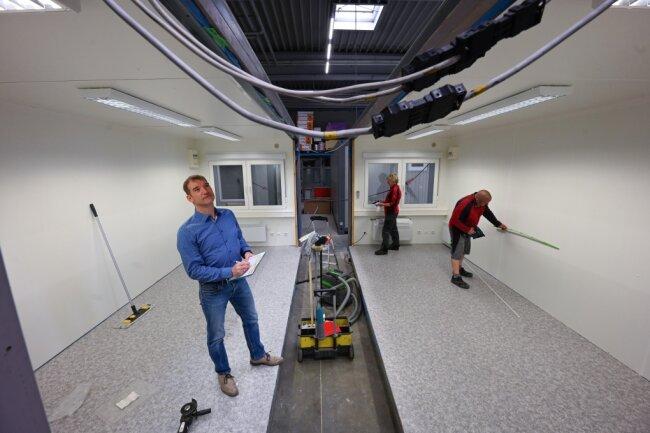 Firmenchef Frank Menzl sowie die Mitarbeiter Petra Plötz und Dirk Motzkus (von links) in einem Doppelcontainer, der als Büro ausgebaut wird.