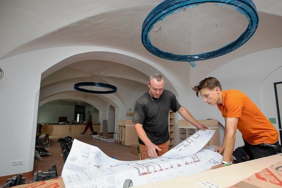 Joel Scherf (rechts) und Michael Taut von der Tischlerei Pasold aus dem ostthüringischen Remptendorf richten derzeit die neue Kita mit ein.