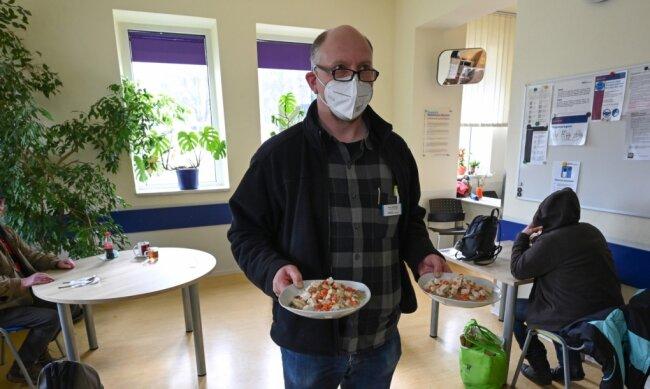 """Ein Anlaufpunkt für Bedürftige auch in Coronazeiten: Im Tagestreff """"Haltestelle"""" verteilt Sven Buchwald Mittagessen. l"""