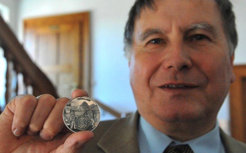 Der Bürgermeister der Sachsentag-Stadt, Hans-Ludwig Richter, mit der silbernen Medaille der Sächsischen Numismatischen Gesellschaft. Ab sofort wird die Medaille im Rathaus und im Museum verkauft.