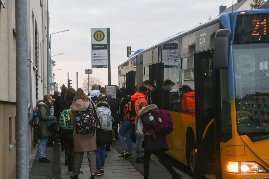 An der Haltestelle Helmholtzstraße an der Frankenberger Straße in Hilbersdorf steigen die Schüler des Evangelischen Schulzentrums, das sich in der Nähe befindet, aus. Sie nutzen für den Schulweg die Linie 21, deren Busse am frühen Morgen überfüllt sind.
