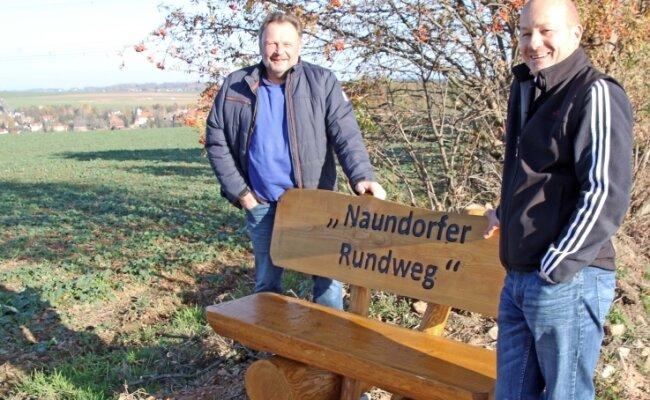 Das Bürger-Engagement für den Naundorfer Rundwanderweg geht weiter: Wolfdietrich Homilius (links) und Dirk Schmidt am Aussichtspunkt an einer von zwei neuen Bänken.