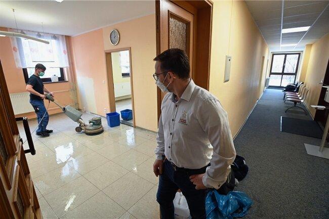 Die Zimmer der ehemaligen Arztpraxis im Limbach-Oberfrohnaer Ärztehaus werden derzeit sauber gemacht. Ab kommender Woche werden Möbel und Technik eingeräumt. Das Testzentrum eröffnet voraussichtlich Mitte Februar.