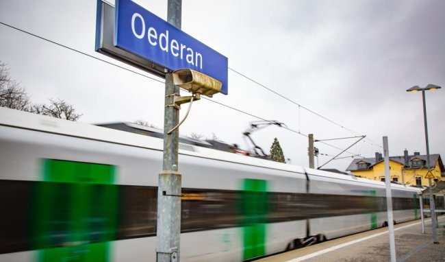 Fährt nur durch und hält nicht an: Der Regionalexpress passiert den Bahnhof Oederan. Trotzdem gibt es eine stündliche, umsteigefreie Eisenbahnverbindung bis Freiberg, Dresden, Chemnitz und Zwickau.