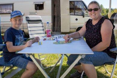 Oskar Riedel (7) und Mama Julianne Steinert aus der Nähe von Leipzig verbringen ihren Urlaub auf dem Ehrenfriedersdorfer Campingplatz. Eine Auslandsreise kam für die Familie wegen Corona nicht in Betracht.