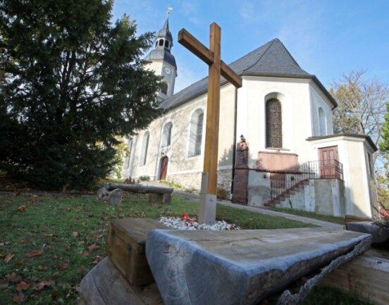 Die Arbeit des Vereins ist auf dem Kirchengelände in Gesau sichtbar. Die Mitglieder stellten ein Kreuz und Bänke für Besucher auf.