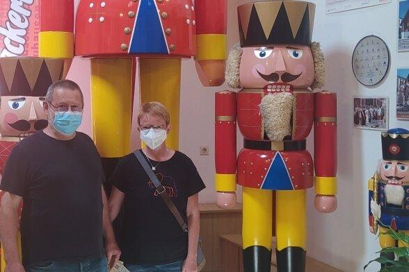 Lothar Kneifel und Doris Hellmuth bei ihrem Besuch im Nussknackermuseum in Neuhausen.