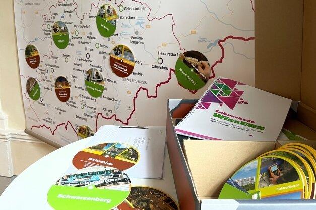 Das gibt es nun für Grundschulen: Eine Karte und einen Koffer voller Wissen über die Erzgebirgsheimat. Spielend lernen, lautet das Motto.