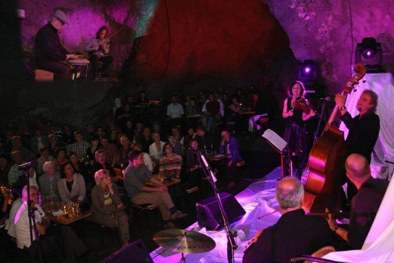 """<p class=""""artikelinhalt"""">Tatsächlich weit weg vom Stress des Alltags konnten sich die Konzertbesucher im unterirdischen Saal der Kaverne des PSW in Markersbach diesmal zu einer glanzvollen Klangreise entführen lassen. </p>"""