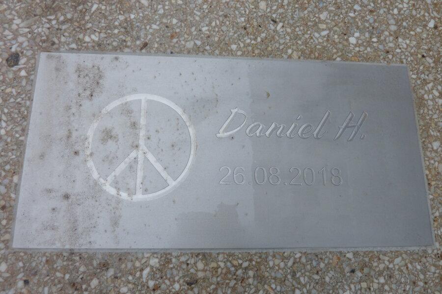 Auf dem Fußweg an der Brückenstraße ist eine Gedenkplatte an jener Stelle eingesetzt worden, an der Ende August Daniel H. Opfer eines Tötungsverbrechens wurde.