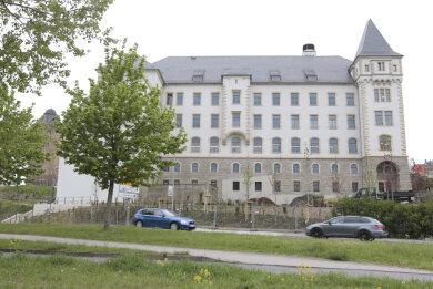 Das ehemalige Plauener Amtsgerichtsgebäude ist am Freitagnachmittag an die Staatliche Studienakademie offiziell übergeben worden.