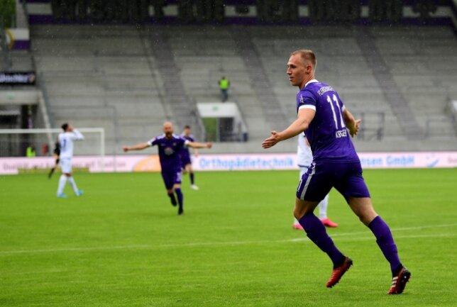 Florian Krüger (r.) hat seinen Vertrag beim FC Erzgebirge Aue verlängert.