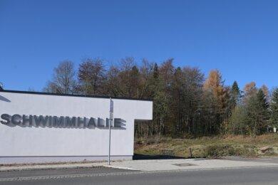 Rechts neben der Schwimmhalle an der Wiesenstraße in Zwönitz soll das neue Sportcenter entstehen.