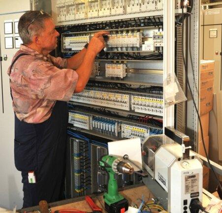 """<p class=""""artikelinhalt"""">Elektromonteur Theo Mewes von der Oelsnitzer Firma Schaltanlagen Eto GmbH beim Installieren einer Drehspannungsanlage.</p>"""