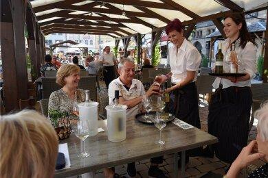 Weindorf während der Coronakrise: die Kellnerinnen Christina Neser und Jessica Eltner (von links) beim Bedienen von Besuchern. Eine Maskenpflicht gibt es weder für Mitarbeiter noch für die Besucher des Festes.