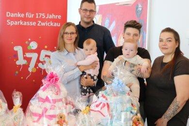 Die Eltern der am 16. April in Zwickau geborenen Babys Fynn, Sophia und Liam freuen sich über die 175 Euro von der Sparkasse Zwickau.