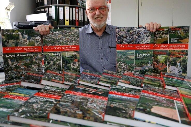 Klaus-Dietmar Hessel mit seinen Bildbänden. Der Meeraner trennt sich von rund 7000 Exemplaren.