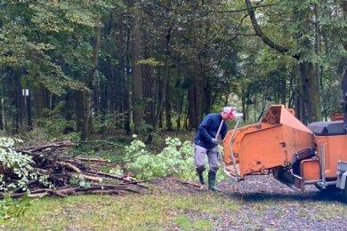 Letzter Arbeitseinsatz im Jahr 2020 im Stadtpark Schöneck. Mit Technik half dabei die Firma Kabel-, Leitungs- und Umweltprojektebau.