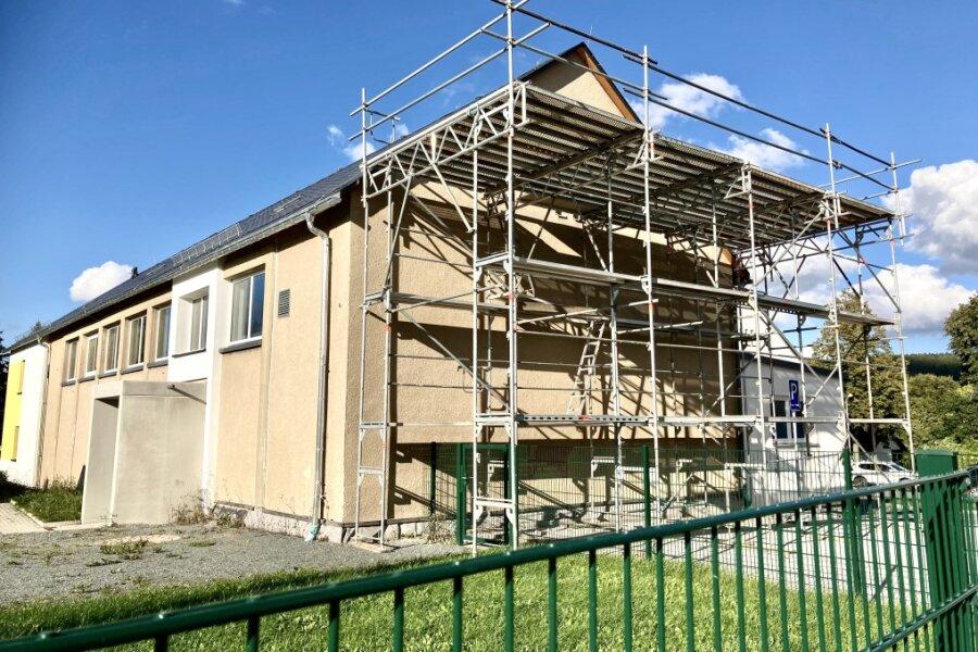 Die Turnhalle an der Grundschule Bockau erhält eine umfassende Sanierung. Noch liegt das Projekt zeitlich und finanziell im Plan.