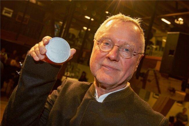 Geschichtsexperte Gerd Naumann geht als Träger der Stadtplakette jetzt selbst in die Plauener Historie ein.