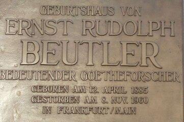 Die Gedenktafel ist an Beutlers Geburtshaus zu sehen.