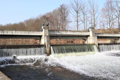 Warnstufen werden nicht erreicht: Am Zschopau-Wehr in Flöha-Plaue ist derzeit deutlich zu sehen, dass die Flüsse aktuell erhöhte Wasserstände haben. Doch weder Flöha noch Zschopau sind auf den Gebiet der Großen Kreisstadt bisher über die Ufer getreten.
