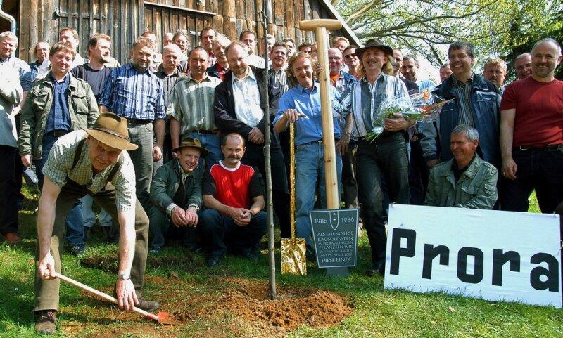 """<p class=""""artikelinhalt"""">Ehemalige Spatensoldaten von Prora auf Rügen haben bei ihrem Treffen auf dem Grundstück von Jürgen Huss in Neudorf einen Spaten als Gedenktafel aufgestellt und eine Linde gepflanzt. </p>"""