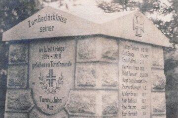 Eine der seltenen Aufnahmen vom 1920 eingeweihten Kriegerdenkmal in Aue-Zelle.