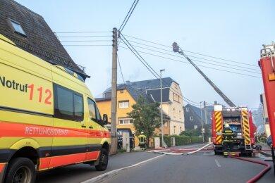 Die Feuerwehr musste am Samstag zu einem Dachstuhlbrand in einem Haus an der Hauptstraße in Neukirchen ausrücken.