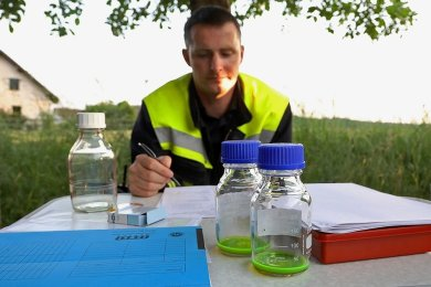 Vor Ort wurden Wasserproben genommen und ausgewertet. Foto: Andreas Kretschel