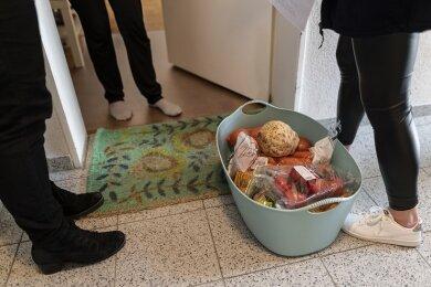 Nachbarschaftshelfer helfen im Haushalt, lesen vor, kaufen ein (Symbolbild), gehen mit den Betreuten spazieren, begleiten sie zum Arzt.