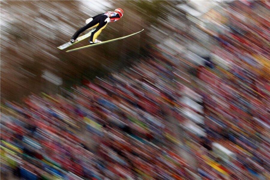 Ein Bild aus früheren Tourneetagen. Richard Freitag fliegt am Bergisel in Innsbruck in einen Hexenkessel tausender Fans.