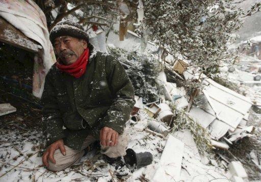 Ein Mann weint in der japanischen Stadt Onagawa vor seinem zerstörten Haus. Die Gefahr einer atomaren Verstrahlung und ein Kälteeinbruch erschweren die Versorgung der von der Erdbeben- und Tsunami-Katastrophe betroffenen Menschen in Japan. Bundeskanzlerin Angela Merkel (CDU) rief zu Spenden für die Opfer auf.
