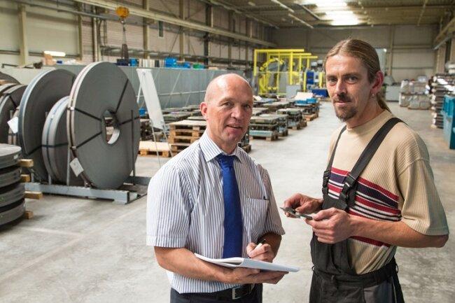 Geschäftsführer Frank Gabler mit Fertigungsleiter Denis Bergauer in der Produktionshalle. Die Kunden kommen aus der Autoindustrie.