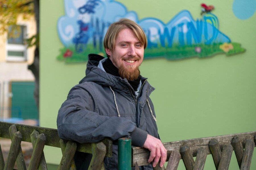 """Daniel Hering ist Erzieher in der Kindertagesstätte """"Wirbelwind"""" in Königsfeld. In seiner Einrichtung ist er der einzige Mann im Betreuerteam. Auch im Landkreis wie sachsenweit gibt es nach wie vor weit mehr Erzieherinnen als Erzieher. Doch der Anteil der Männer steigt - wenn auch langsam."""