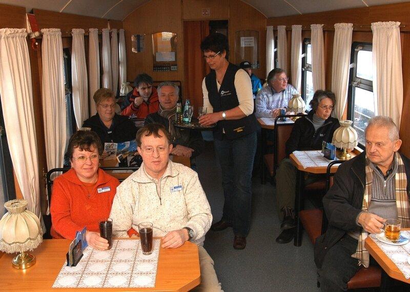 """<p class=""""artikelinhalt"""">Mitglieder der Internationalen Gesellschaft für Eisenbahnverkehr haben für die Fahrt von Cranzahl nach Oberwiesenthal einen der beiden umgestalteten Bistrowagen reserviert. Für die Bewirtung der Gäste während der Reise ist Carmen Vogel verantwortlich.</p>"""