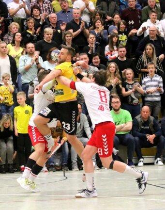 Die beiden Plauener Handball-Oberligisten standen sich in diesem Jahr zweimal im Derby gegenüber - unter ganz unterschiedlichen Bedingungen. Im Februar siegte Oberlosa vor über 900 Zuschauern 24:21 (Foto), im September erkämpfte der HC Einheit vor coronabedingt nur 300 Fans ein 18:18. Kurz darauf folgte jeweils eine Zwangspause.