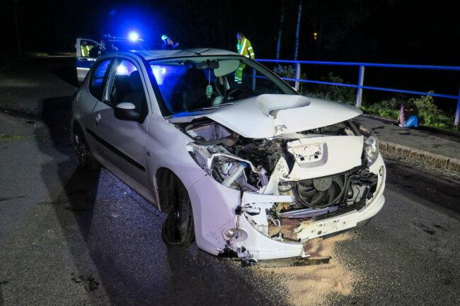 Am Freitagabend ist ein Peugeot in Schneeberg gegen eine Laterne geprallt.