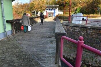 Die marode Holzbrücke weicht einer Variante aus Stahl.