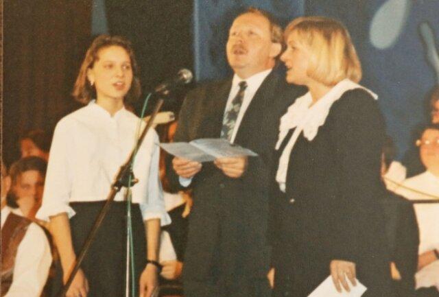 """Rainer Eichhorn mt Ulrike Reinbothe (r.) und Maria Petermann am 3. Dezember 1995 auf der Bühne der """"Neuen Welt""""."""