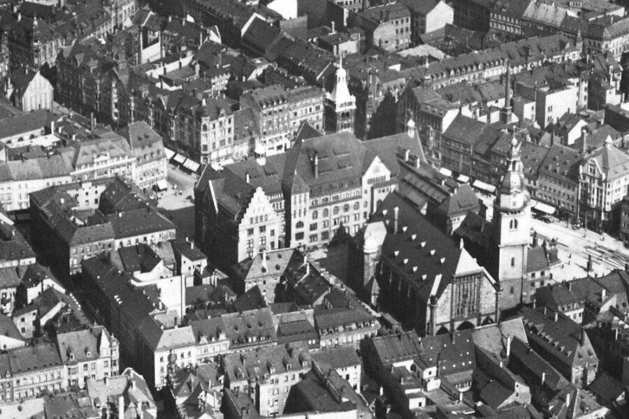 Für immer verlorenes Erbe: Das Stadtzentrum mit dem Alten und Neuen Rathaus und der Jakobikirche vor dem 5. März 1945. Bei den Bombenangriffen wurde die Innenstadt weitgehend zerstört. Das Alte Rathaus und die Jakobikirche brannten aus. Nur das Neue Rathaus blieb nahezu unversehrt.