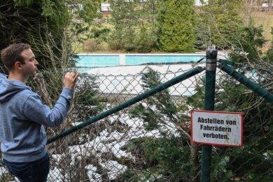 Felix Kreißel setzt sich gemeinsame mit dem Bürgerverein Erfenschlag seit Jahren für den Erhalt des Freibades ein - bislang ohne Erfolg.