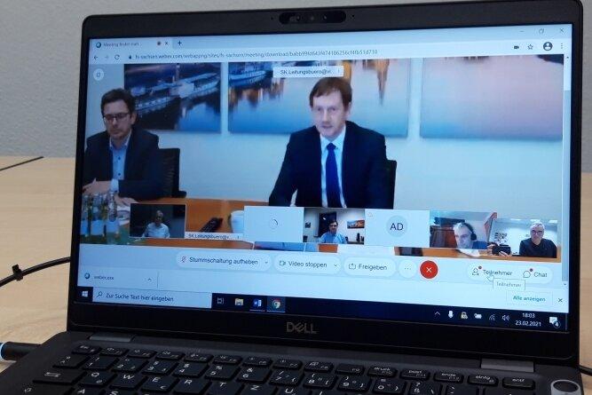 In einer Videokonferenz tauschte sich Sachsens Ministerpräsident Michael Kretschmer am Dienstagabend mit Vogtländern aus. An seiner Seite: Der Landtagsabgeordnete Sören Voigt (CDU) aus Falkenstein.